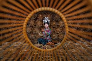 PhotoVivo Honor Mention e-certificate - Yun Lin (China)  Weaving Beauty 1