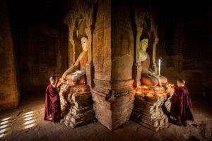 PhotoVivo Honor Mention e-certificate - Hongmei Zhang (China) <br /> The Monk In Front Of Buddha